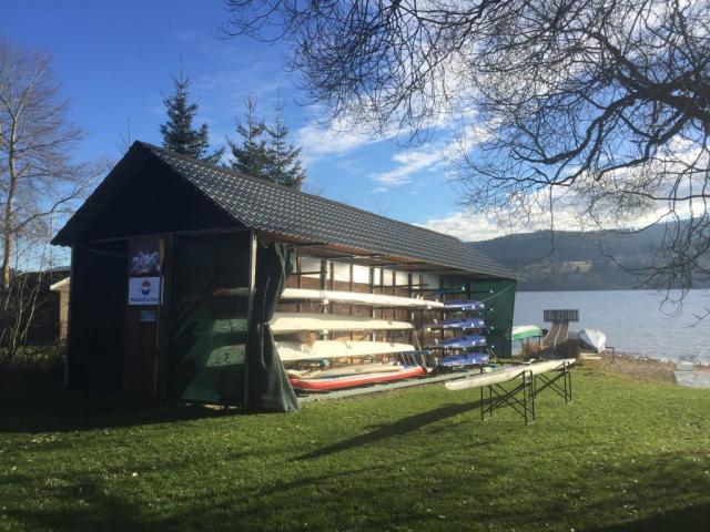 Loděnice VBK Lipno s novým skifem Roseman