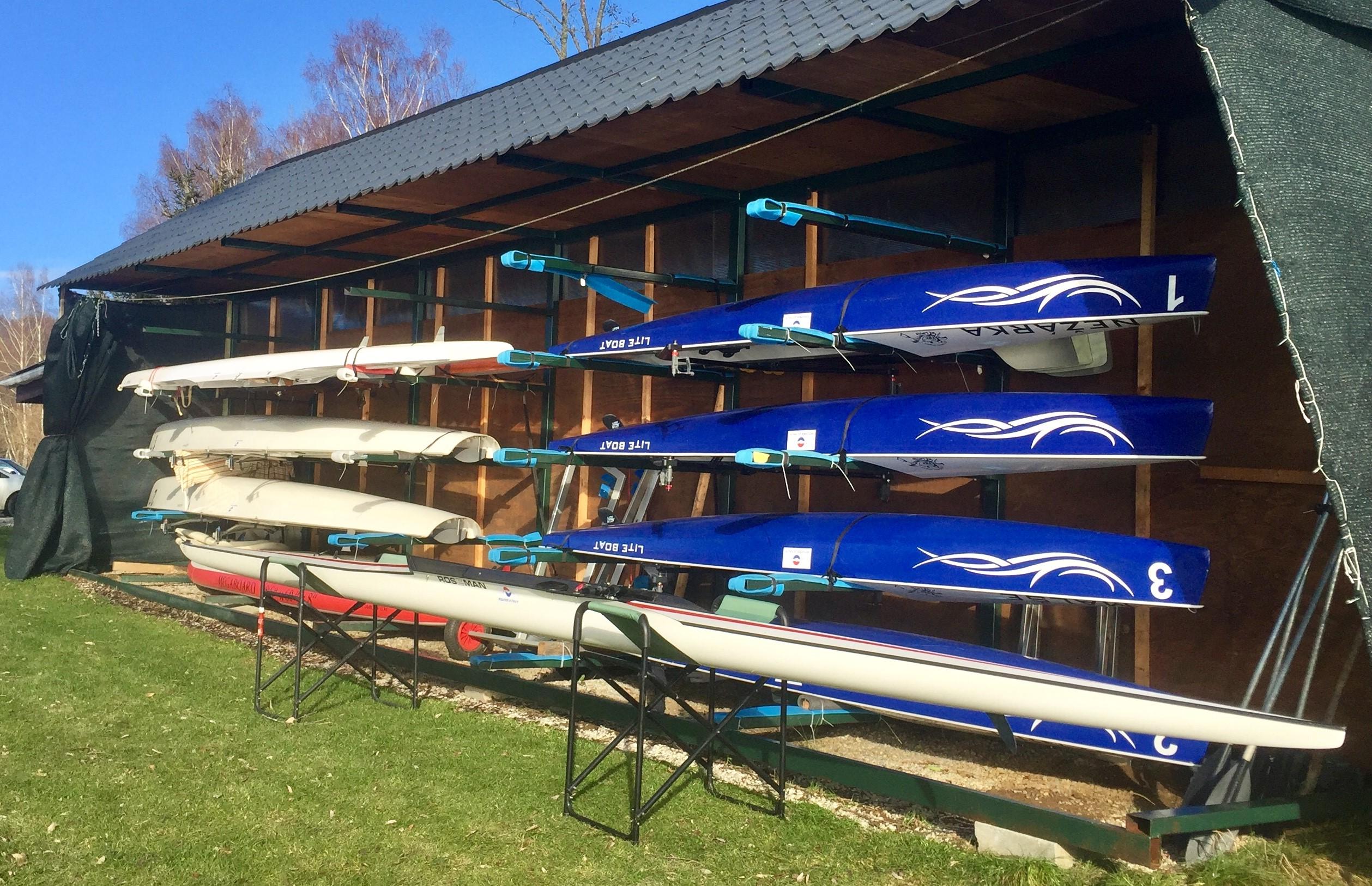 Loděnice VBK Lipno s novým skifem Roseman a mořskými veslicemi