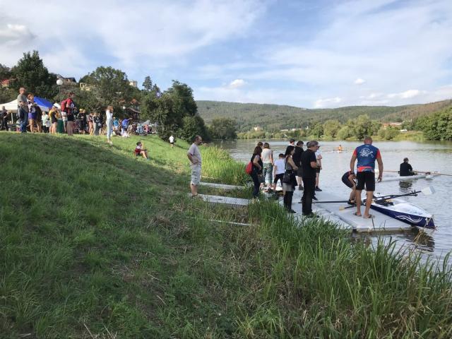 Zájemci o veslování při oslavách berounského klubu VK Lokomotiva Beroun